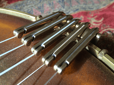 Correctly adjusted fingers on a 5 string Oettinger tailpiece.